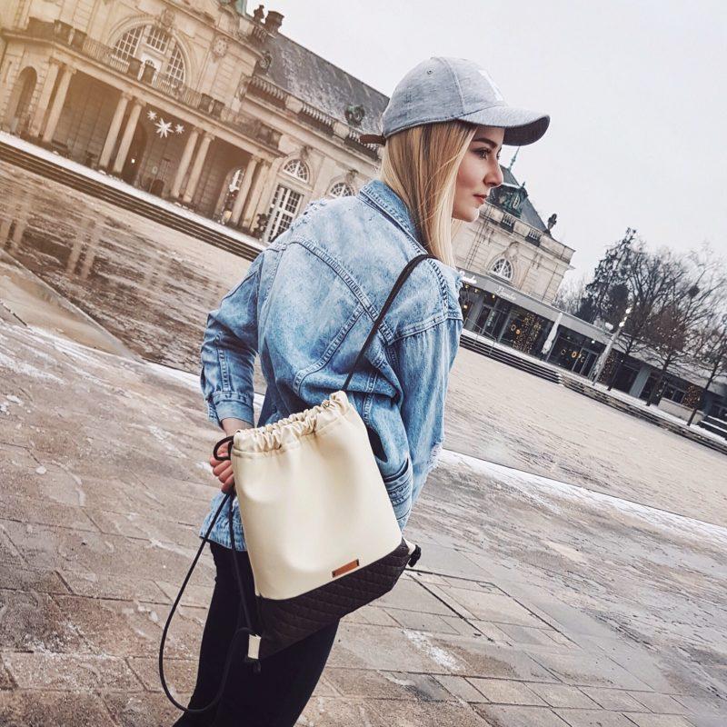 benita im kurpark von bad oeynhausen und sie traegt einen beigen rucksack von beutelfiziert