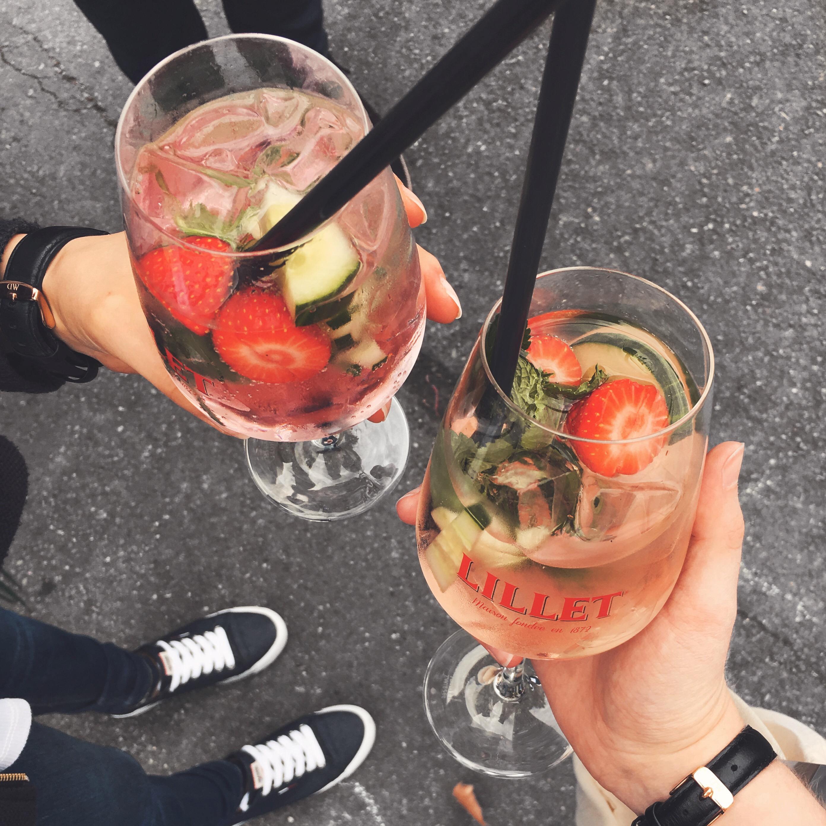 zwei cocktail glaeser von lillet mit eis und fruechten drin