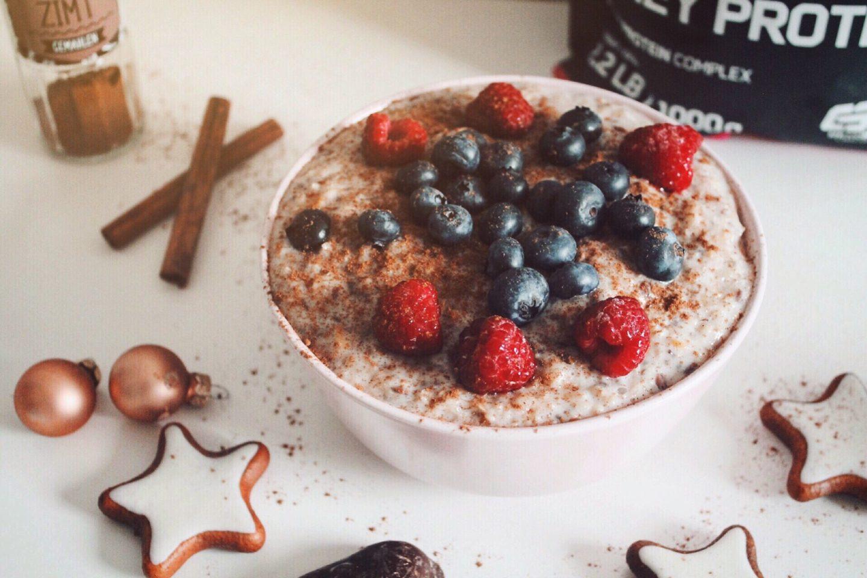 cinnamon christmas porridge, mit himbeeren und heidelbeeren. high protein und ohne zuckerzusatz