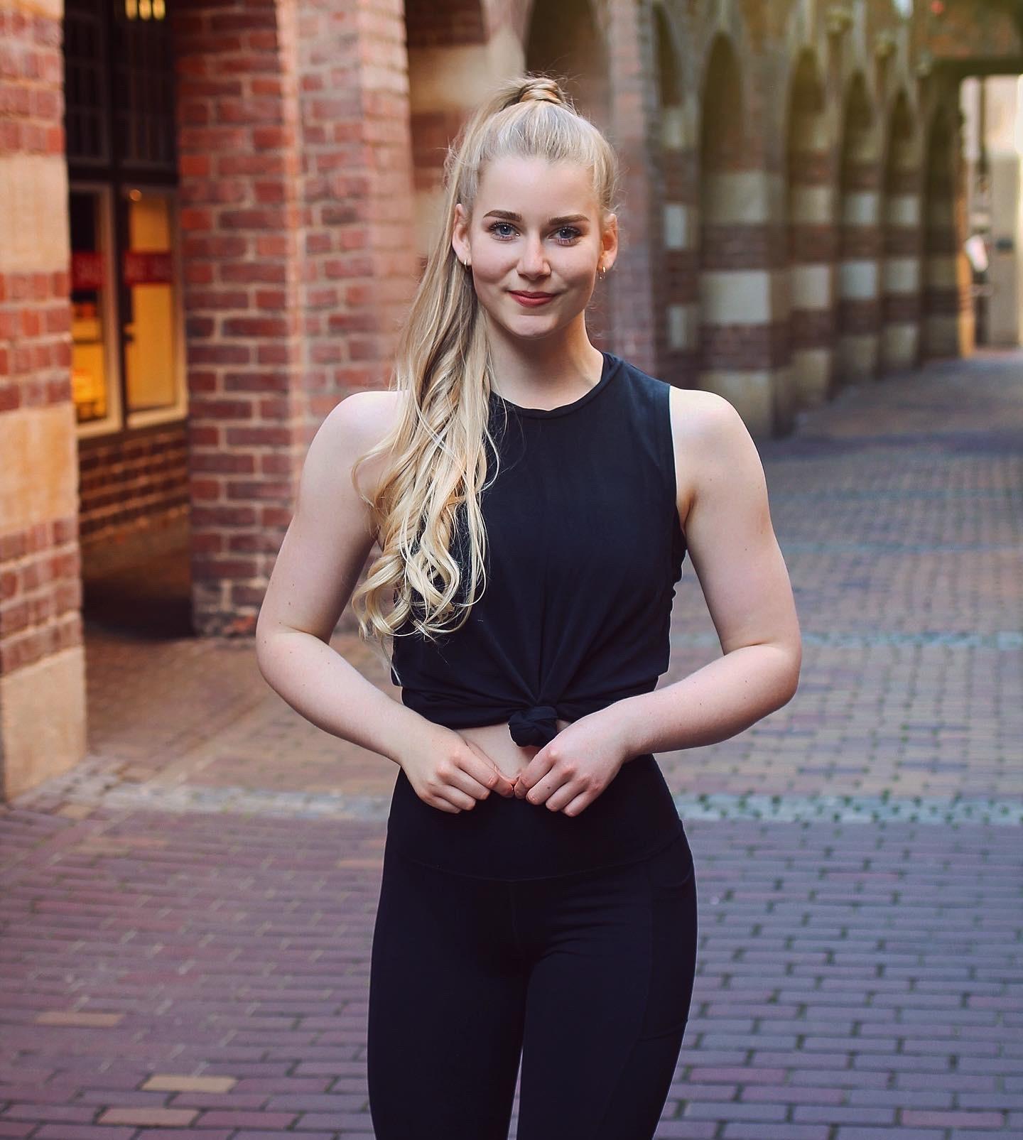 benita in einem schwarzem sportoutfit, in der bremer stadt