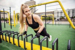 benita auf dem kesselbrink in bielefeld, sie uebt eine sportuebung die sich liegestuetz oder auch push ups nennt