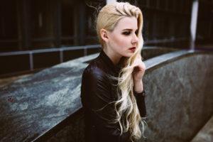 ein seitliches portrait von benita in bielefeld. es ist windig und die haare sind lockig