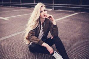benita in einem casual outfit auf einem parkdeck in bielefeld