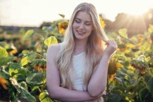 benita in laechelnd in einem sonnenblumenfeld