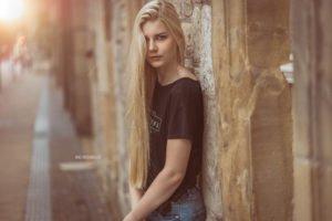 ein portrait von benita am rathaus in bielefeld. sie traegt ein schwarzes t-shirt und ihr blick ist ernst zur kamera gerichtet