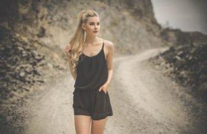 benita thenhaus vor einer klippe in einem schwarzen jumpsuit