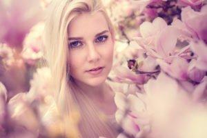 ein portrait von benita in einem rosanen magnolienbaum