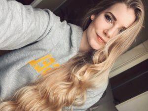 ein selfie von benita thenhaus mit langen, blonden, lockigen haaren