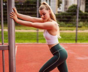 benita thenhaus auf einem bielefelder sportplatz in einer stretching-pose