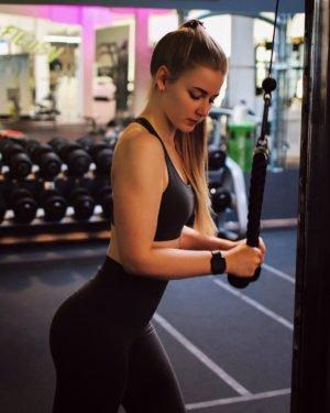 benita im easy fitness beim armtraining. auf dem bild zeigt sie eine trizepsuebung