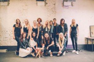 benita und die restlichen models backstage vom duesseldorfer fashionyard