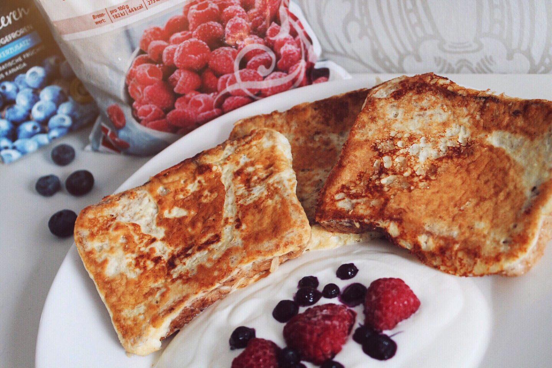 vanilla whey french toast mit magerquark und gefrorenen beeren