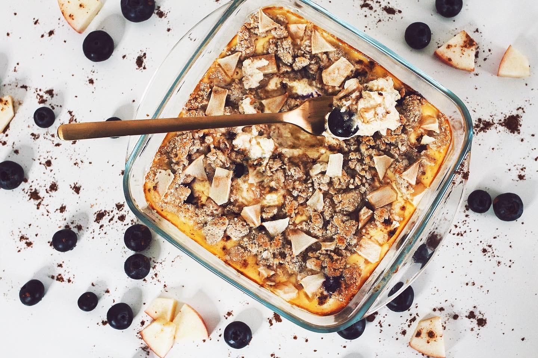 zuckerfreier quarkauflauf mit apfel und blaubeeren. gesund und high protein